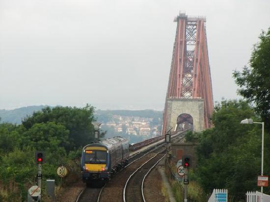 Globetrotter Inn Edinburgh: フォース鉄道橋に向かう列車