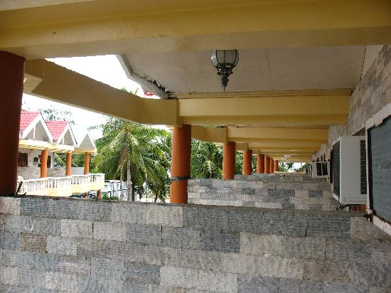 Boracay Peninsula Resort: Patios are separated by a low wall
