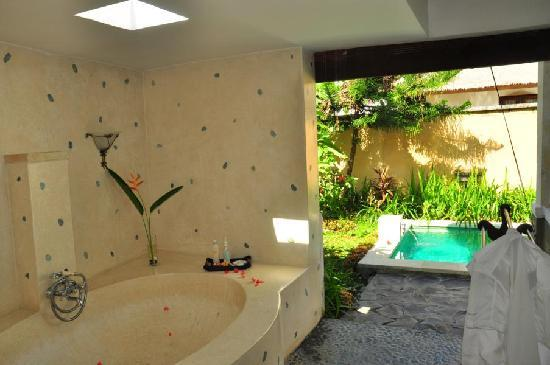 Mimosa Jimbaran Bali Villa: open-air bathroom