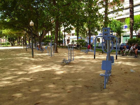 Alicante, España: Öffentliche Finessgeräte an der Promenade