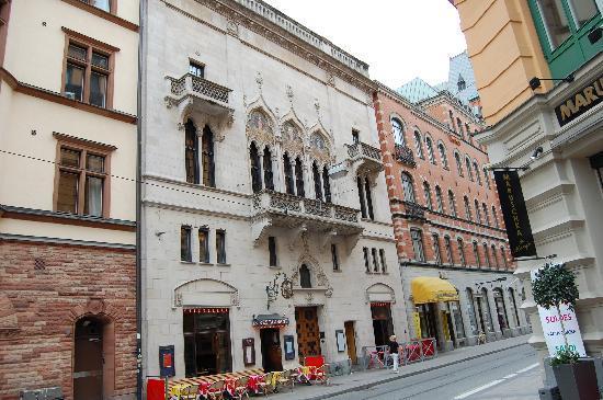 Konstnärsbaren: Restaurant von der Hauptstraße aus gesehen