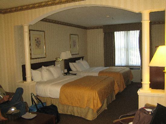 Comfort Inn & Suites Near Burke Mountain: Room with 2 queen beds and sitting area.