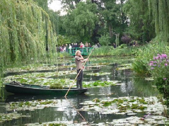Casa e giardini di Claude Monet: バイトの人が、池のゴミをさらっていました。