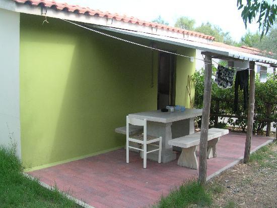 Вада, Италия: la verandina, con davanti il giardinetto con posteggio auto proprio davanti all entrata del bung