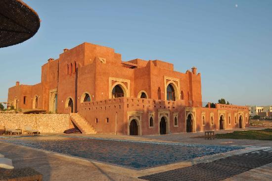 Ghazoua, Marokko: Vue de la villa Gonatouki et de la grande pisicne