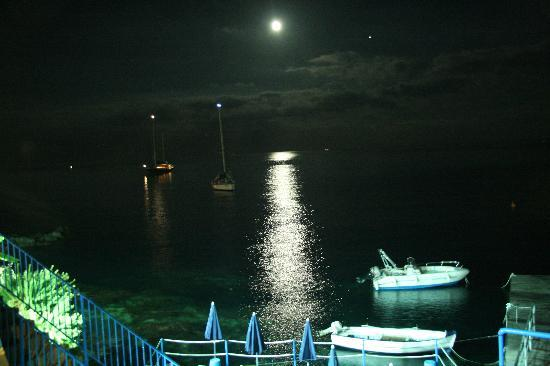 Hotel Rocce Azzurre & SPA: view of the sea from the dinning terrace at the dinner time
