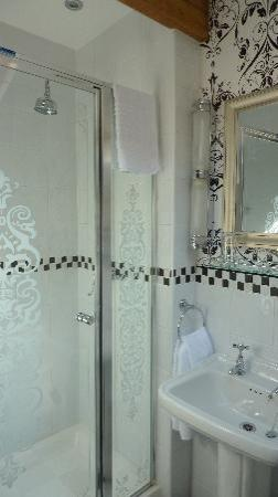 The Lonsdale Hotel: Plush Bathroom