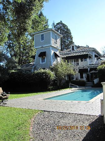 Honor Mansion, A Wine Country Resort: The pool and back of the Water Tower Suite