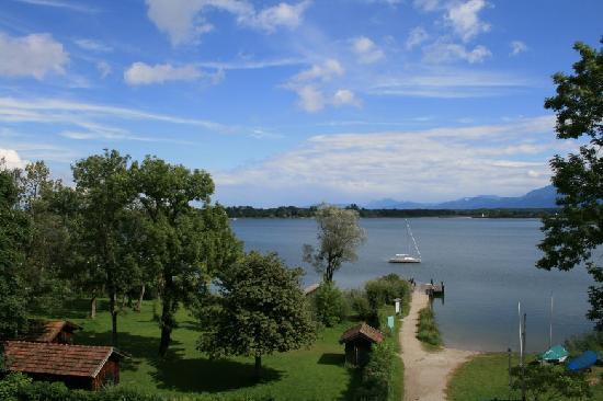 Gasthof Hotel Seehof: Ausblick vom Balkon - Chiemsee und Berge