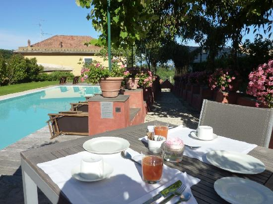 Villa Rosmarino : Beautiful setting for breakfast