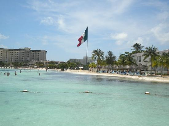 The Royal Cancun All Suites Resort: near the big Mexican Flag