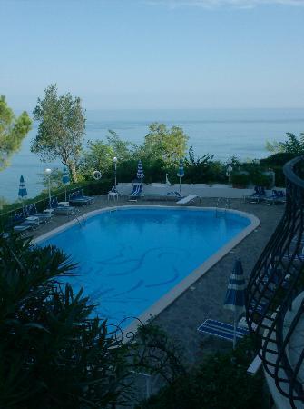 Piscina vista dalla camera 202 picture of hotel posillipo gabicce monte gabicce mare - Hotel piscina in camera ...