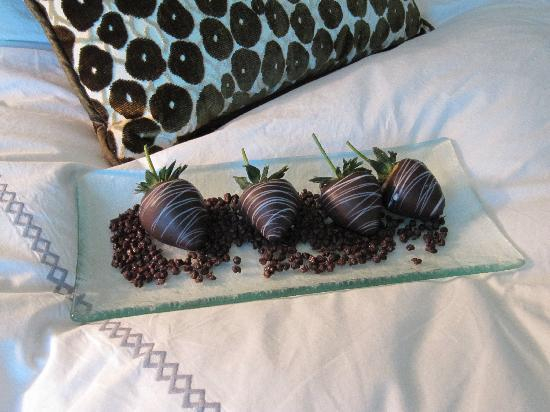 Four Seasons Hotel Las Vegas: Nice little touches - chocolate strawberries left on our bed