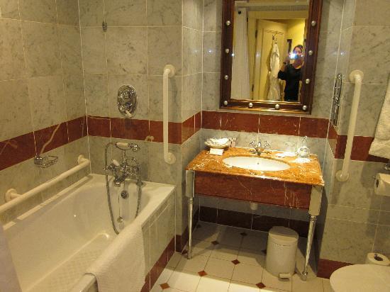 Lovely Millennium Hotel London Mayfair: Classic Room Bathroom