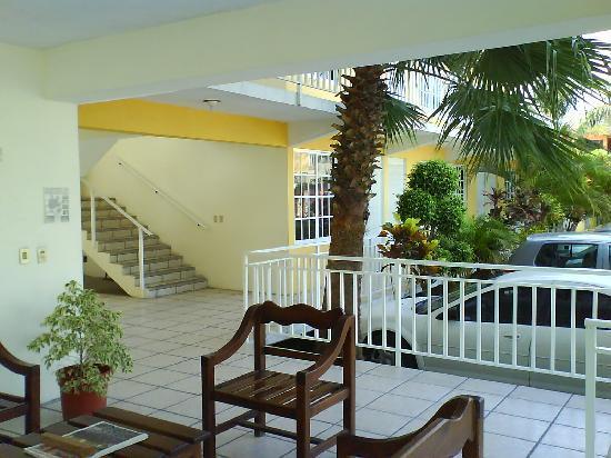 Hotel Mango: Vista de costado junto a la recepción