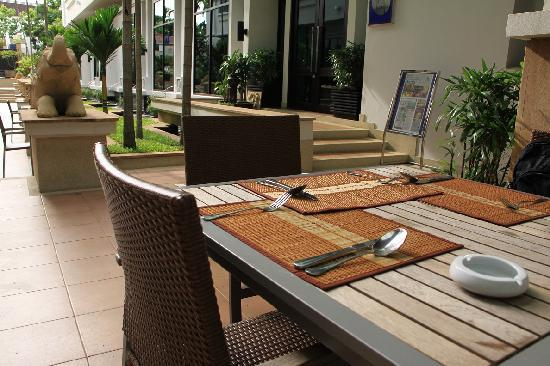 Tara Angkor Hotel: Outdoor breakfast area 1