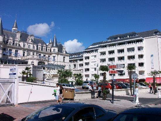 Residenz Maeva Le Trianon: En face de l'hotel, de l'autre côté de la rue, une ancienne boutique cache le service de la voir