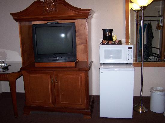 Quality Inn & Suites Seattle: Hotel Desk/TV/Fridge Area
