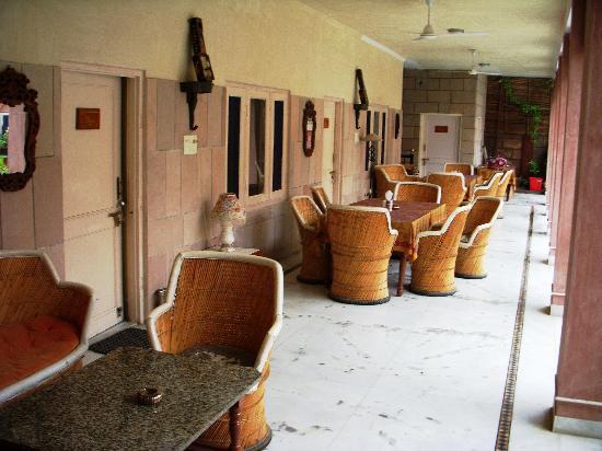 Suryaa Villa: Lobby and Verranda