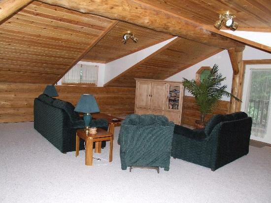 Bear Paw Lodge: 1st floor living room
