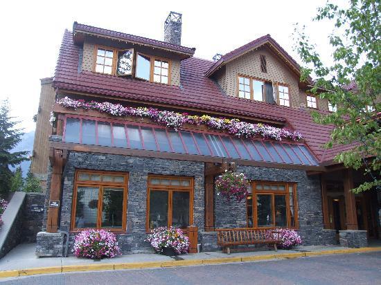 Irwin's Mountain Inn: Irwin's exterior