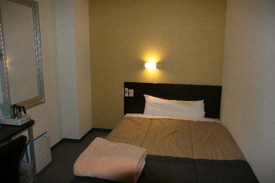Super Hotel Kushiroekimae: 部屋はこんな感じです。狭いですが機能的です。