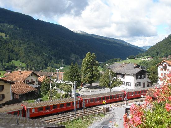 Klosters, Suiza: Blick vom Balkon auf den Bahnhof