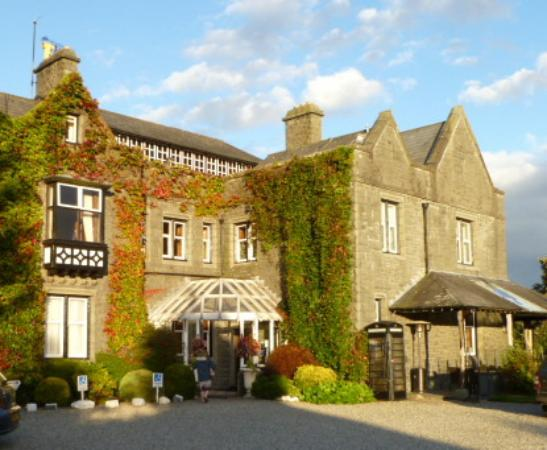Bron Eifion Country House Hotel: Evening view of entrance