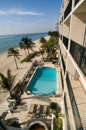 Sea Lord Hotel & Suites: Pool & Beach