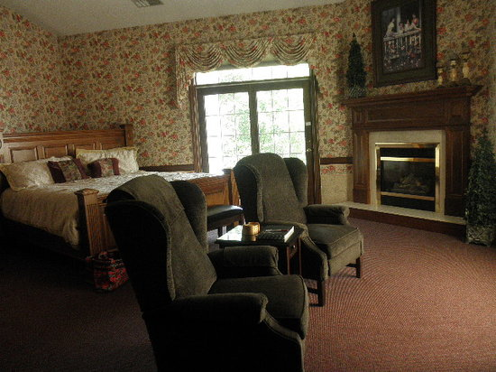 Oak Ridge Inn : Sitting area, bed and fireplace