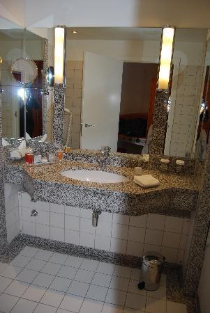 Hilton Munich Airport: Bathroom