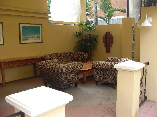 Cairns Queens Court: Sitting area near courtyard