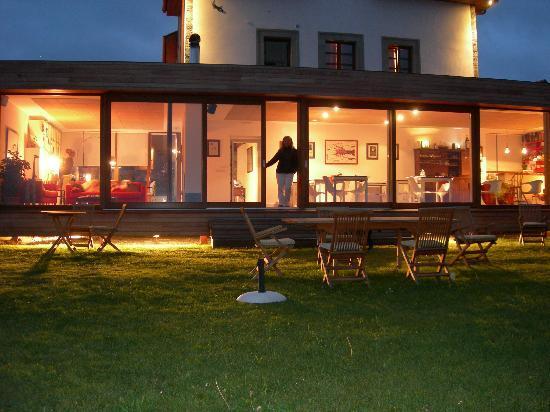 Hotel Rural 3 Cabos: Vista nocturna del porche