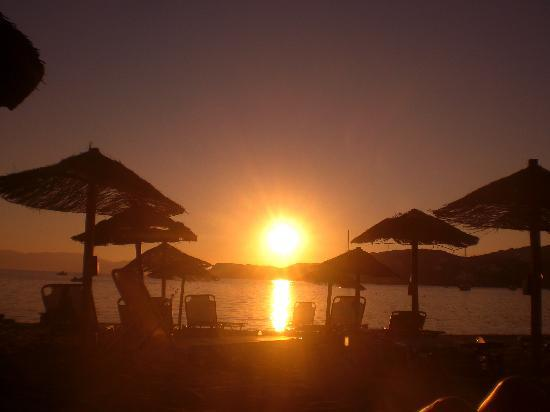 Milopotas, Grecia: sunset on the beach. 5 mins from tent