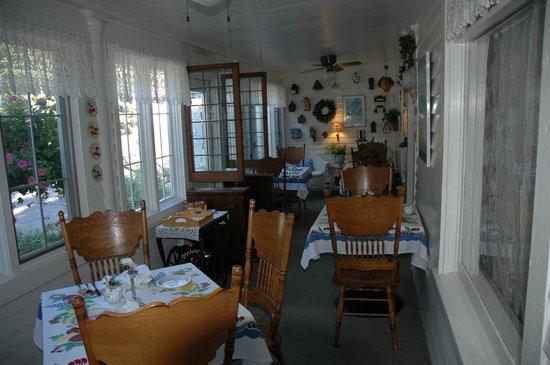 Inn on Maple: Porch/dinning area