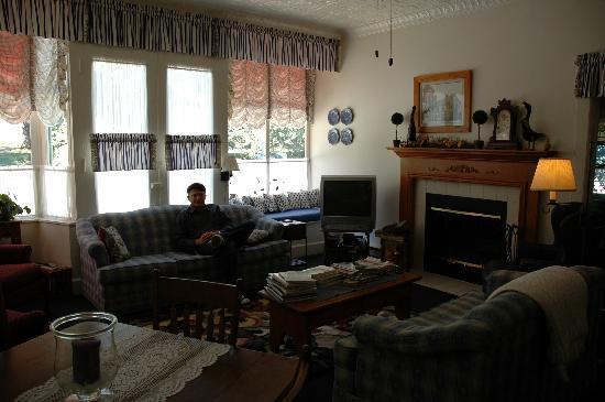 Roots Inn & Kitchen: Livingroom area