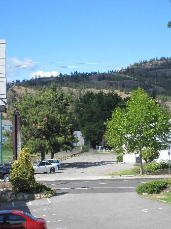 Summerland, Kanada: View from the motel. That is the parking lot in the bottom of picture.