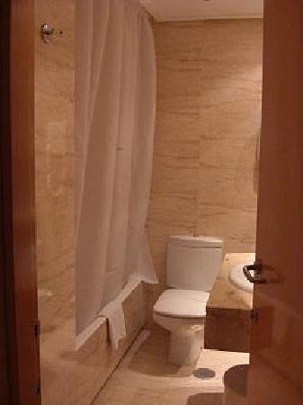 Hotel Silken Alfonso X: Clean bathroom
