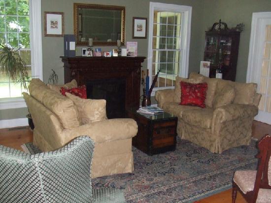 The Harvest Inn: living room