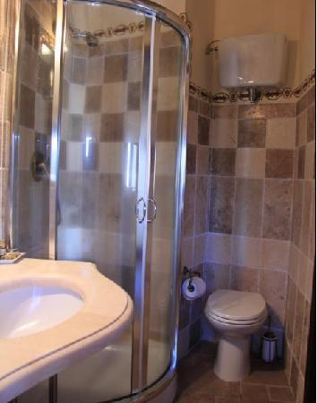 Il Giglio Hotel and Restaurant : BATHROOM-SHOWER