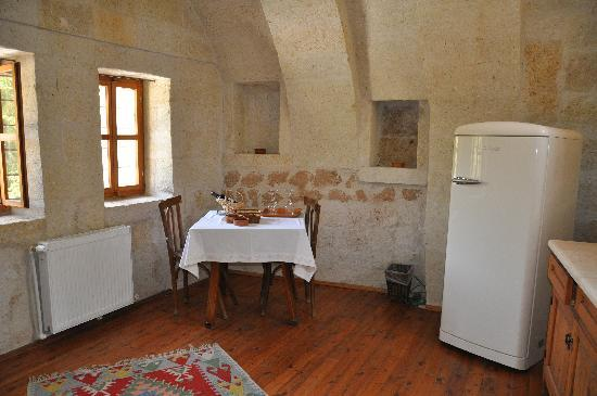 Esbelli Evi Cave Hotel: Hillside Suite kitchenette/sitting room
