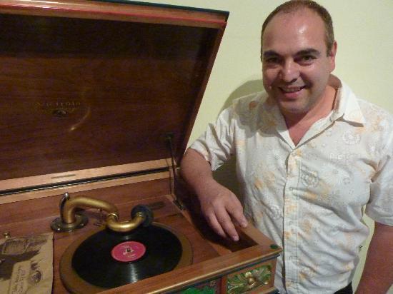 Museo de Musicos Invisibles : Museums-Direktor German Rodriguez zeigt einen alten Plattenspieler