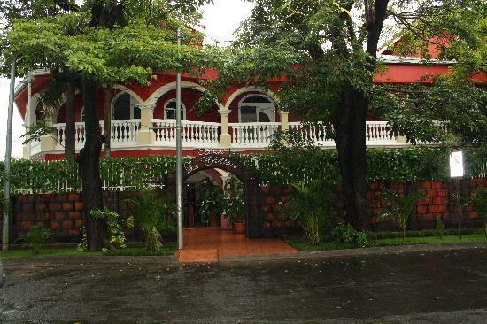 Le Chateau: Hotel Main Entrance