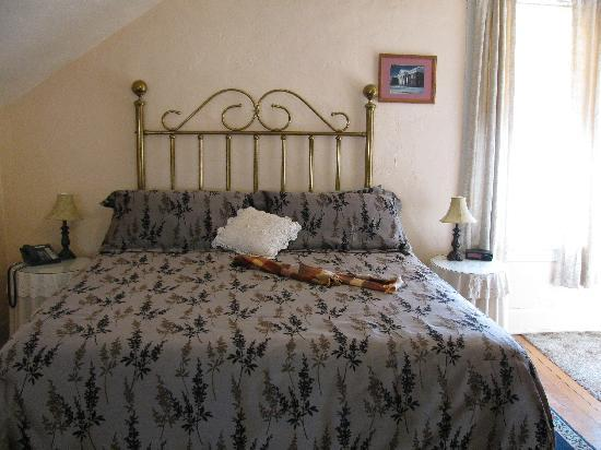 Aspen Inn Bed and Breakfast: The comfortable queen sized bed in the Peach Room.