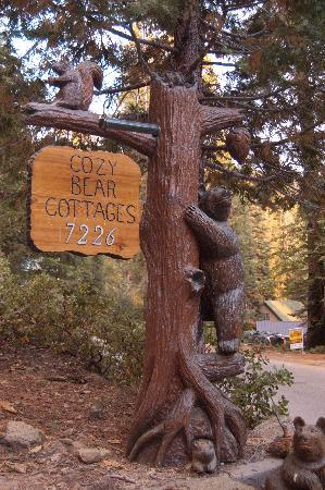 Cozy Bear Cottages: Sign at entrance of driveway