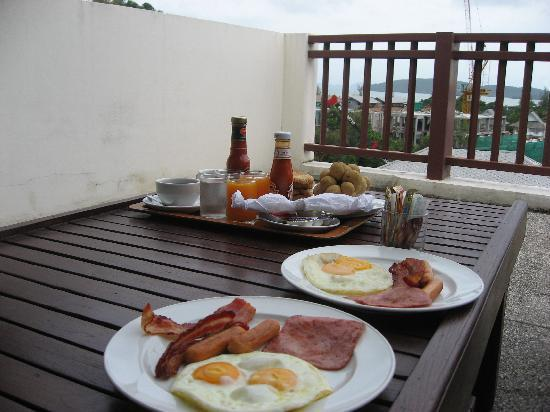 The Royal Nakara : Our American breakfast in the room