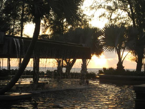 Marriott's Phuket Beach Club: Pool 3 bei Sonnenuntergang
