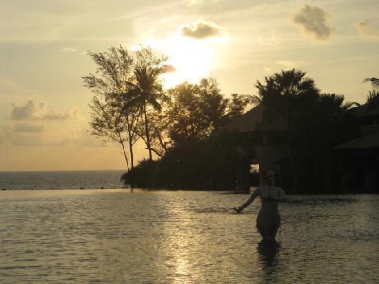 Marriott's Phuket Beach Club: Tolle Abendstimmung mit Taenzerin
