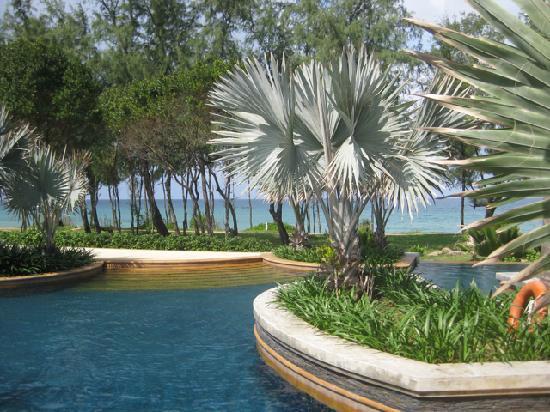 Marriott's Phuket Beach Club: Blick von Pool 3 auf das Meer
