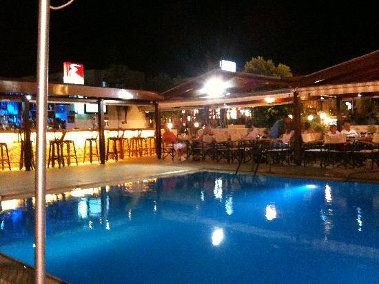 Christina Apartments: Bar and eating area at night